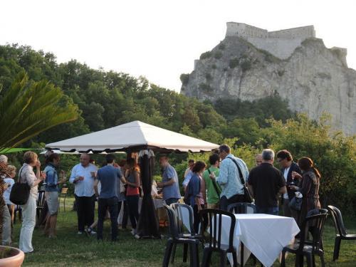 Apericena sotto la Rocca di San Leo dopo le visite guidate ai Balconi Rinascimentali RN