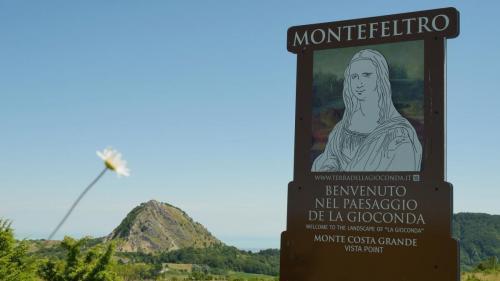 Pennabilli saluta il viaggiatore con lo sguardo sul Monte San Marco
